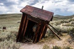 Toalete inclinado de madeira velho, willage seco do hutBodie do latrine foto de stock