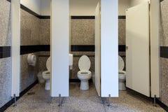Toalete nivelado em público toalete e estar aberto de três salas imagens de stock royalty free