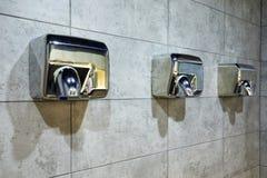 Toalete ou banheiros do secador do ar em público conceito do fundo da saúde e da segurança do foco seletivo fotografia de stock royalty free