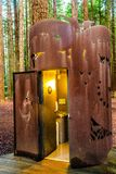 Toalete público na floresta das sequoias vermelhas - Rotorua fotos de stock royalty free