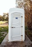 Toalete portátil móvel branco imagens de stock