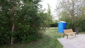 Toalete provisório no parque filme