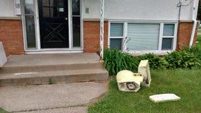 Toalete quebrado na frente do apartamento velho Foto de Stock Royalty Free