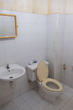 Toalete sujo branco velho Imagens de Stock Royalty Free