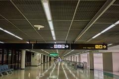 Toaletes e aeroporto internacional do sinal da placa da informação da reivindicação de bagagem das chegadas imagens de stock