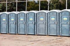 Toaletes públicos móveis na rua da cidade no dia ensolarado do verão Foto de Stock