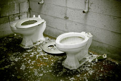 Toaletes quebrados condenados fotografia de stock royalty free