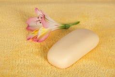 Toaletowy mydło i kwiat alstroemeria fotografia royalty free