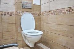 Toaletowy projekt z obmurowaną toaletą Obmurowana toaleta zrobi gdy instalacja wszystkie elementy oprócz toalety, chuje zdjęcia royalty free
