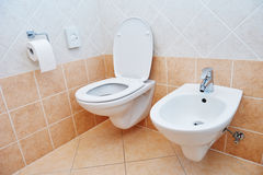 Toaletowy sanitarny zlew, pucharu papier lub bidet i fotografia stock