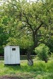 Toalett i byn Arkivbild