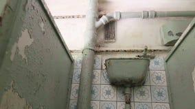 Toalett i det övergav sjukhuset Slätt och långsamt dockaskott lager videofilmer