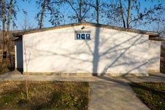 Toalett i det turist- komplexet i Bulgarien Rupite Arkivfoto