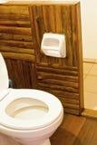 Toalett i en raftsemesterort. Arkivbilder