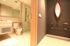 Toalett i lyxig andelsfastighet i Kuala Lumpur Arkivfoton