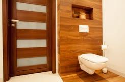 Toalett i träbadrum Arkivfoto