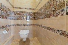 Toalett med toaletten Royaltyfri Fotografi