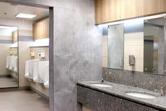 Toalett modern toalett, wc, vattenklosetttoalettrum royaltyfri fotografi