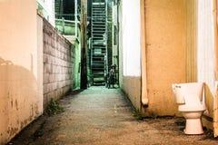 Toalett och mörkergränd på natten i Hannover, Pennsylvania royaltyfria foton