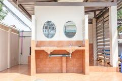 Toalett utanför Arkivfoton