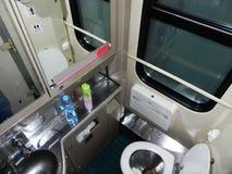 Toaletten på drevet Toaletten är på ett långdistans- drev järntoalett och vask arkivfoton