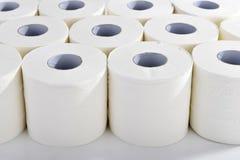 Toalettpapper i ordningsamma rader arkivfoto