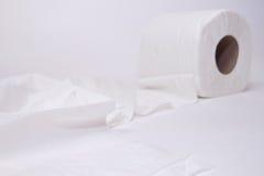 Toalettpapper på vit bakgrund. Arkivfoto
