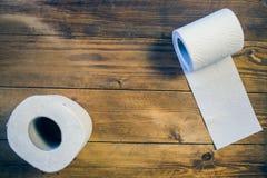 Toalettpapper på wood bakgrund Arkivfoto