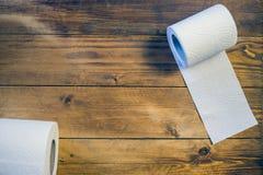 Toalettpapper på wood bakgrund Arkivbilder