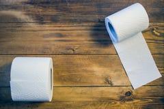 Toalettpapper på wood bakgrund Royaltyfria Bilder