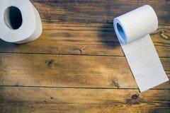 Toalettpapper på wood bakgrund Arkivbild