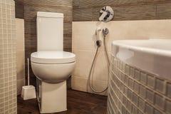 Toalettrum i skandinavisk stil som dekoreras med den vita builten-in Royaltyfria Foton