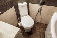 Toalettrum i skandinavisk stil som dekoreras med den vita builten-in Fotografering för Bildbyråer