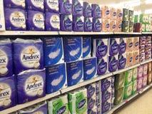 Toalettsilkespapper eller pappers- till salu i ett lager Arkivbild