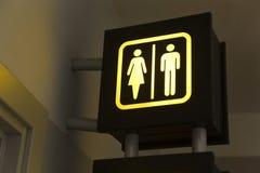 Toaletttecken med pilen arkivfoton