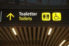 Toaletttecken med pilen royaltyfria foton