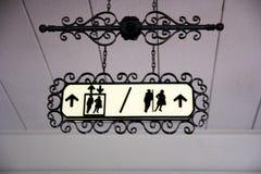 Toaletttecken och riktning Royaltyfria Bilder
