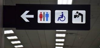 Toalety obezwładniali symbol i woda pitna podpisuje wewnątrz wyjściowych brzęczenia Zdjęcie Royalty Free