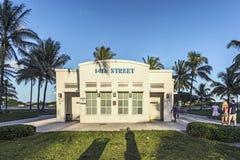 Toalety w art deco stylu przy ocean przejażdżką w południe plaży Miami Zdjęcia Royalty Free