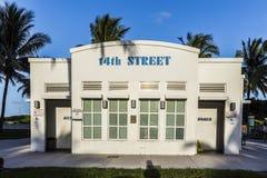 Toalety w art deco stylu przy ocean przejażdżką w południe plaży Miami Obrazy Royalty Free