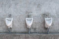 Toalety wnętrze z pisuaru rzędem Zdjęcia Royalty Free