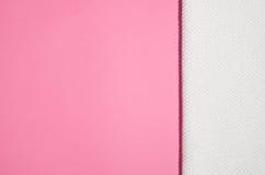 Toalha branca em um fundo cor-de-rosa moderno geométrico Fotos de Stock