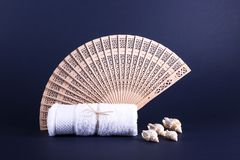 Toalha branca, fã de madeira Imagens de Stock Royalty Free