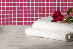 Toalha com flor Fotografia de Stock Royalty Free