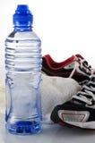 Toalha da água e sapatas running Imagens de Stock Royalty Free
