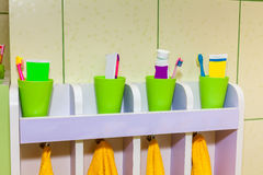 Toalha das crianças com dentífrico e escova de dentes Fotografia de Stock Royalty Free
