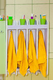 Toalha das crianças com dentífrico e escova de dentes Fotos de Stock Royalty Free