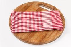 Toalha de cozinha branca vermelha na placa de madeira Fotos de Stock