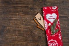 Toalha de cozinha festiva do Natal, utensílio de madeira, canela, e ramo do abeto fotografia de stock