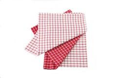 Toalha de cozinha quadriculado branca vermelha no backround branco Fotos de Stock Royalty Free